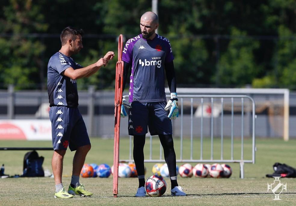 Vanderlei recebe orientação do treinador de goleiros Daniel Crizel — Foto: Rafael Ribeiro/Vasco