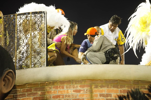 Atendimento aos feridos no alto do carro (Foto: Anderson Barros / Ego)