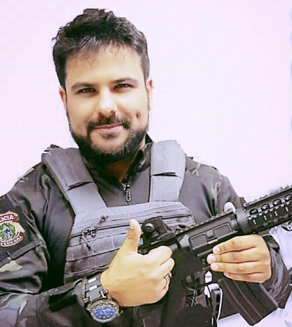 Suspeito postava fotos nas redes sociais com uniforme da PF e arma na mão — Foto: Divulgação