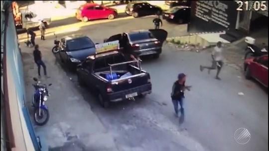 Funcionário de loja tem malote com R$ 100 mil roubado; veja vídeo