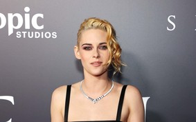 "Kristen Stewart canaliza a realeza gótica com look Chanel na estreia de ""Spencer"""