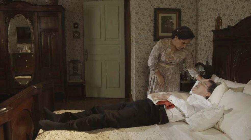 Lola (Gloria Pires) acude Júlio (Antonio Calloni) durante forte crise de dor — Foto: Globo