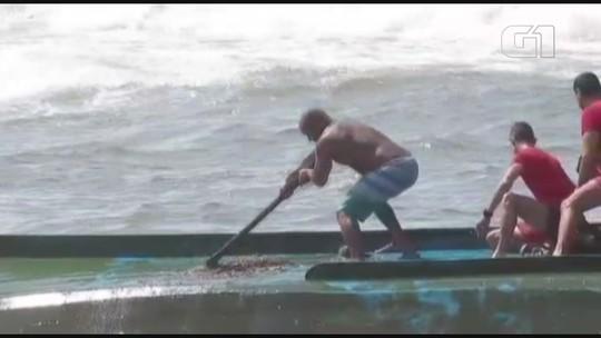 Embarcação de 10 metros naufraga após ser atingida por onda em Bertioga, SP