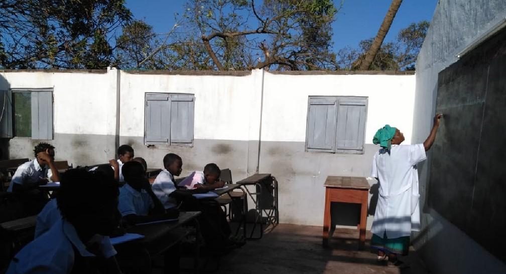 Professora moçambicana escreve em lousa de sala de aula sem teto na cidade de Beira — Foto: Abu Bacar Abdula/ Arquivo pessoal