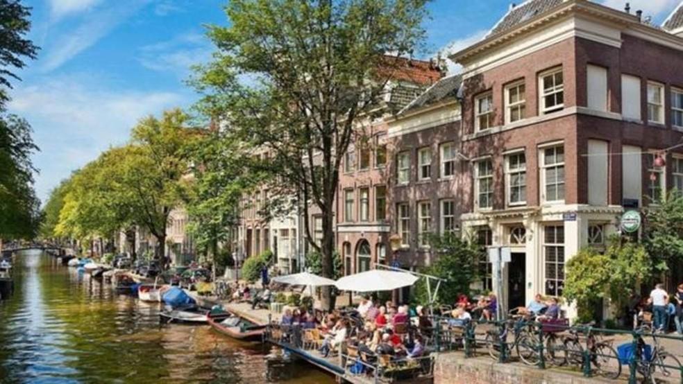 Menos de 1 milhão de pessoas vivem em Amsterdã e 18 milhões de pessoas visitaram a cidade no ano passado — Foto: John Kellerman/Alamy via BBC
