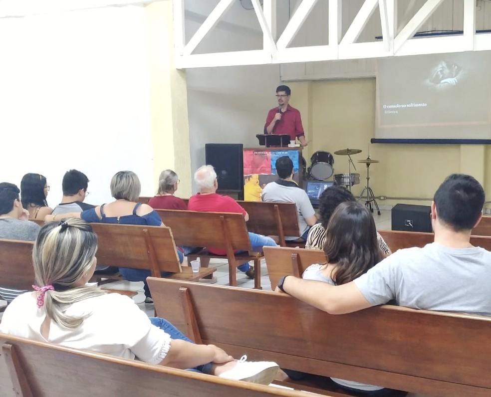 Carlos durante palestra: encontros junto à mulher são realizados em diferentes locais da região  — Foto: Arquivo Pessoal