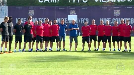 Jogadores do Barcelona homenageiam vítimas do atentado