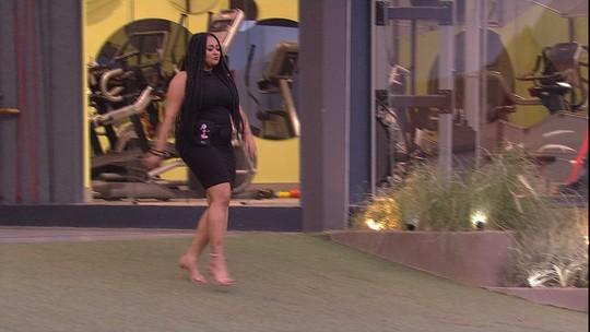 Rízia desfila look no jardim: 'Vou gastar meu salto!'