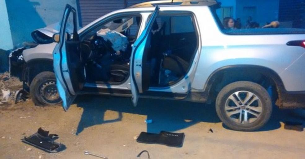 Caminhonete usada por integrantes de quadrilha de assaltos a banco foi encontrada em Ibimirim, em Pernambuco (Foto: PMPE/Divulgação)