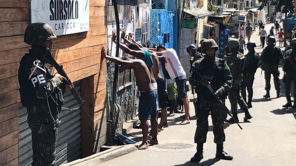 Polícia do Exército revista moradores na Rocinha no segundo dia de operação militar na comunidade (Foto: Henrique Coelho/G1)