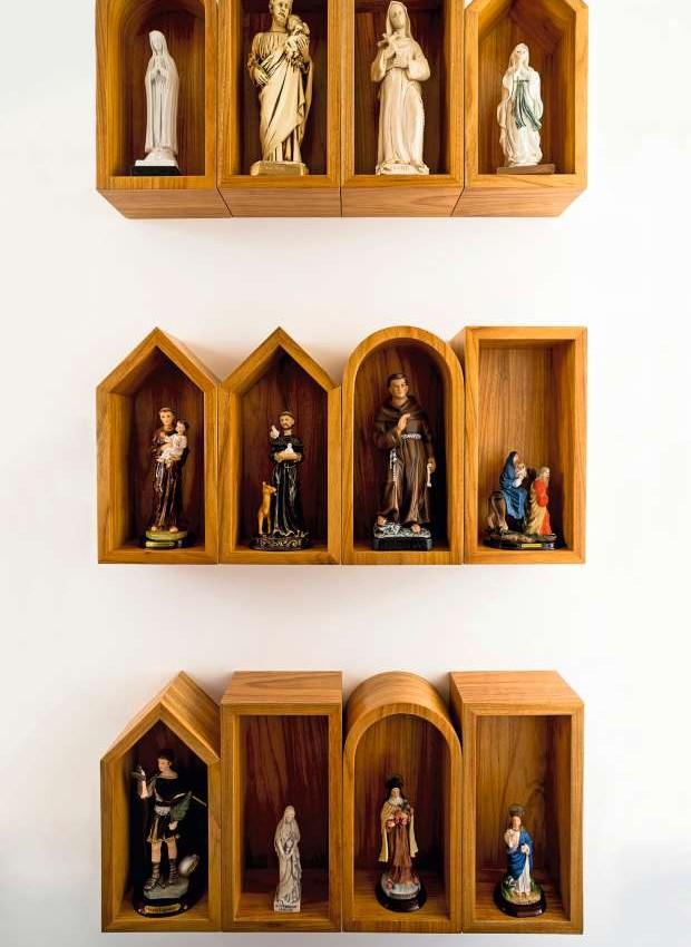 Coleção de santos em uma composição de oratórios de diferentes formas (Foto: Edu Castello/Editora Globo)