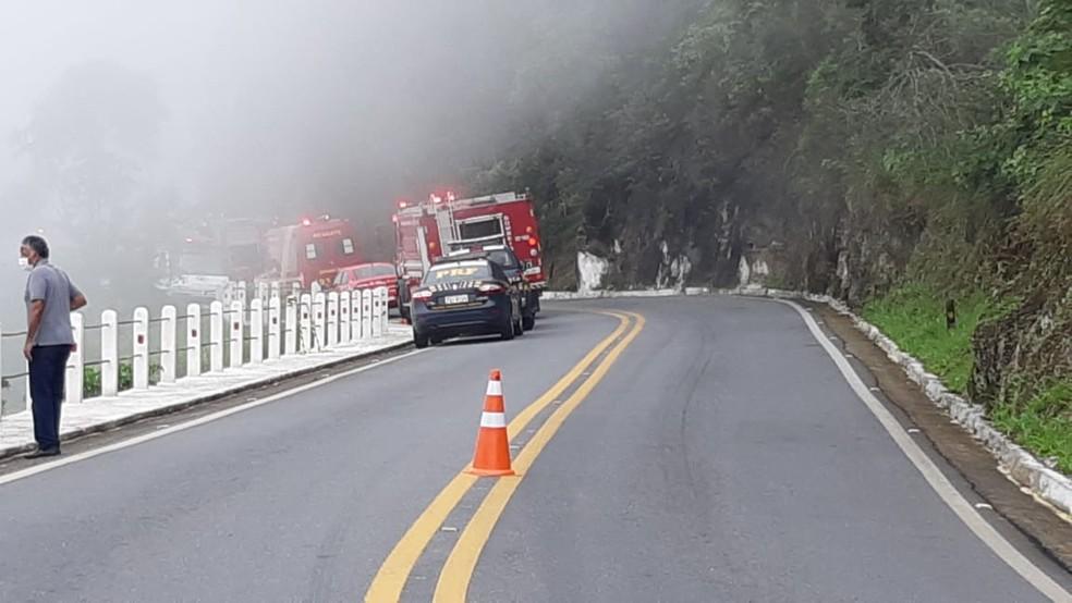 Queda de carro em ribanceira causa mortes na BR-459 em Piquete, SP — Foto: PRF/Divulgação