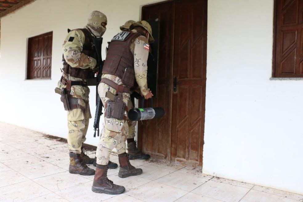 Policiais durante a reconstituição da morte de Adriano da Nóbrega, na Bahia — Foto: Alberto Maraux/SSP-BA
