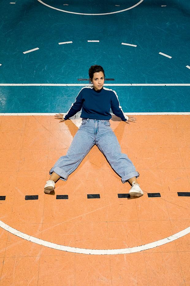 Lívia foi fotografada no ginásio da Universidade São Judas, em SP, e veste calça Levi's e tricô Lacoste  (Foto: .)