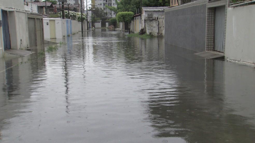 No bairro de Campo Grande, na Zona Norte do Recife, há vias completamente tomadas pela água (Foto: Reprodução/TV Globo)
