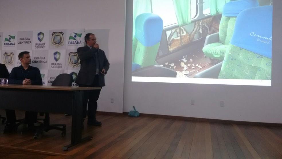O perito criminalista Inajar Antonio Kurowski mostra o local onde foi encontrado o projétil. (Foto: Polícia Civil/Divulgação)