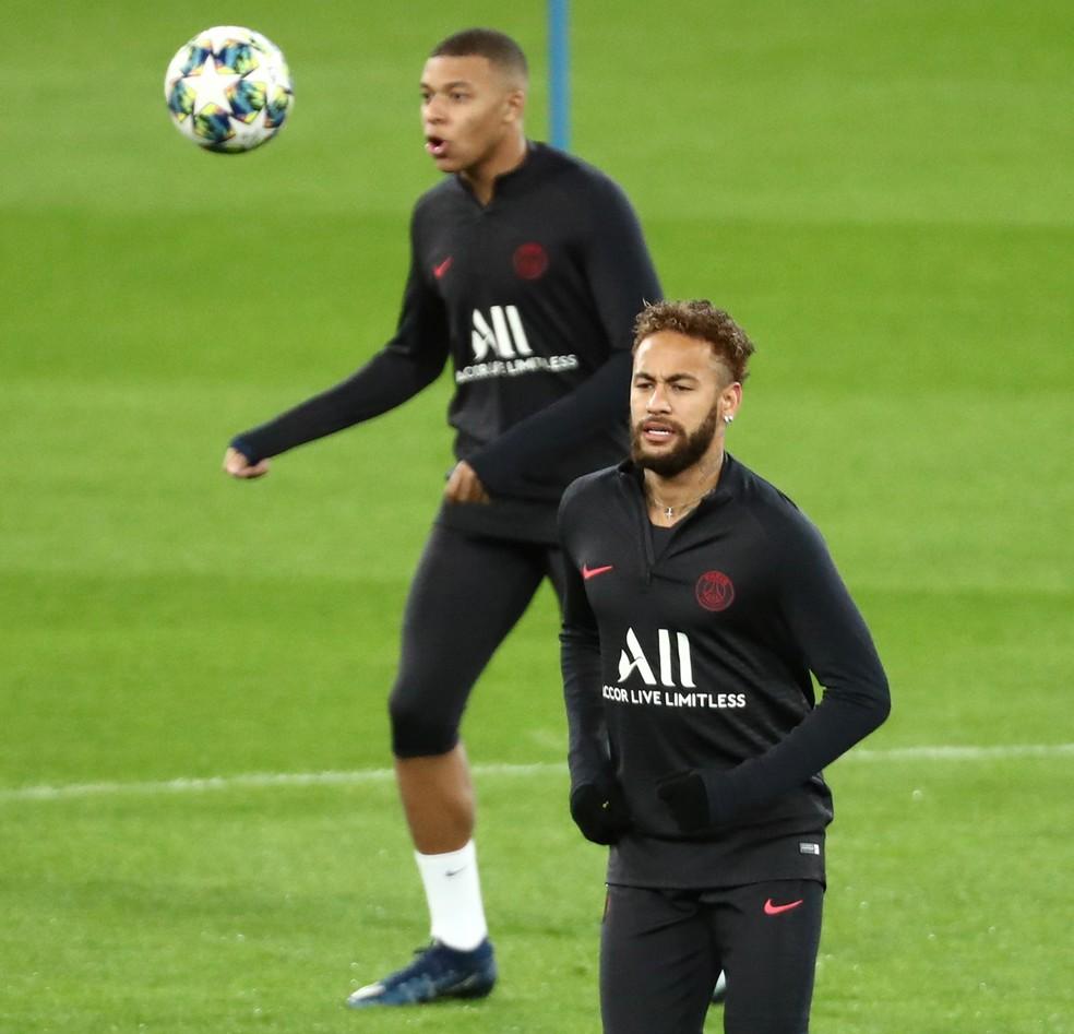 Neymar e Mbappé no treino de segunda-feira: atacante ainda não começaram jogando juntos na temporada — Foto: REUTERS/Sergio Perez
