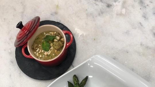 Peito de Frango com Escama de Cogumelos com Purê de Batata-Doce Roxa e Picadinho de Coxa ao Curry