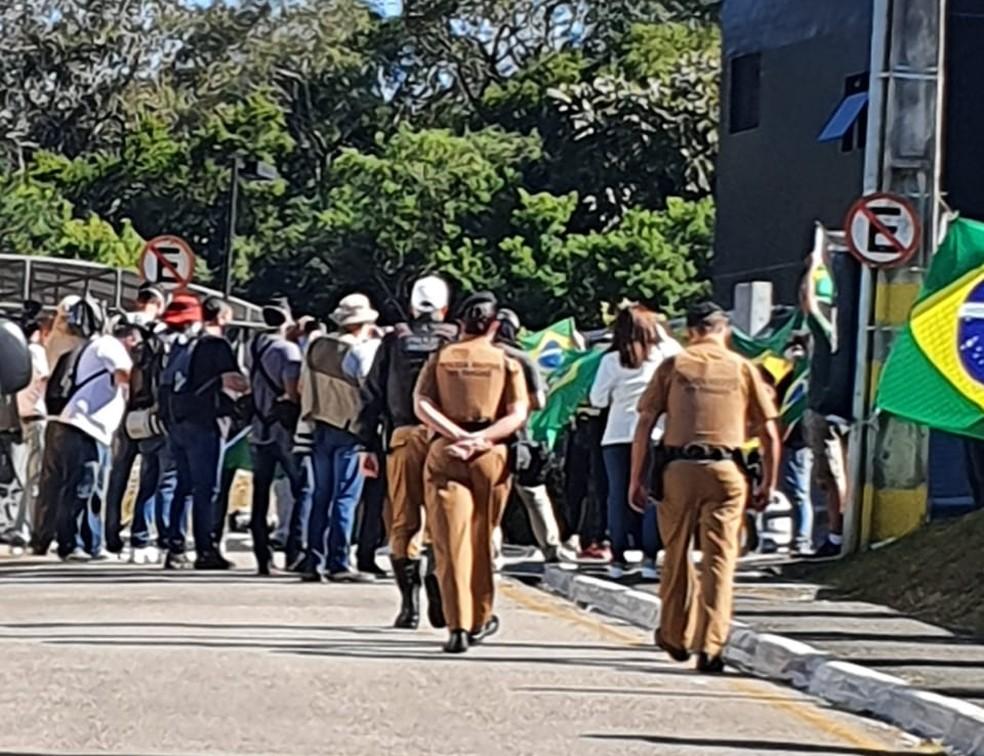Grupo de manifestantes chegou cedo na sede da PF, em Curitiba, neste sábado (2) — Foto: Ana Zimmermann/RPC