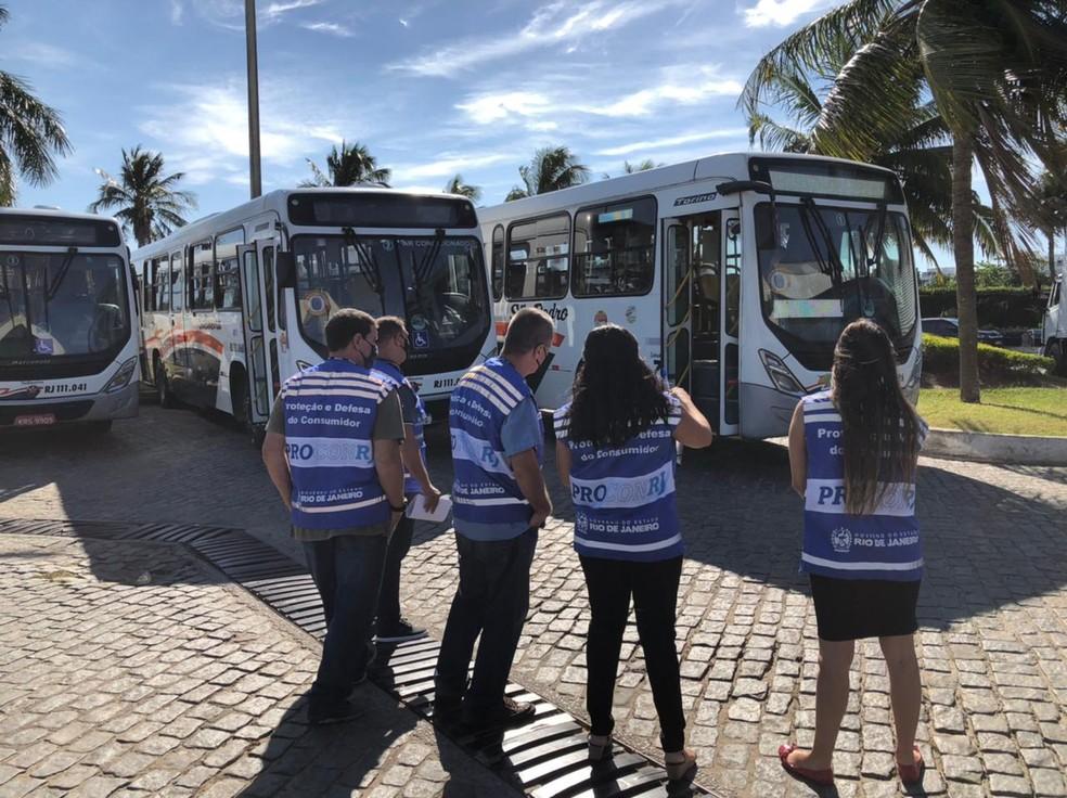 Operação do Procon-RJ fiscaliza ônibus e agências bancárias em Cabo Frio e Arraial do Cabo — Foto: Divulgação/Procon RJ