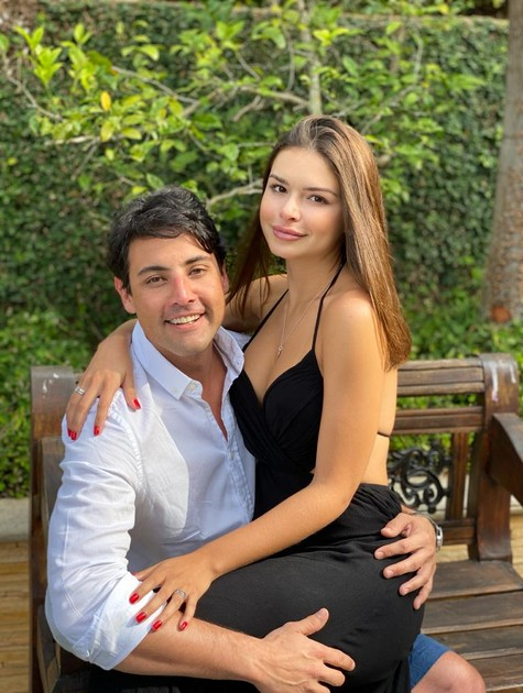 """Bruno De Luca, que ontem completou 38 anos, posa com a namorada Sthéfany Vidal, de 27, em Itaipava. O apresentador do Multishow tem passado a quarentena com a namorada, bailarina do """"Domingão do Faustão""""   (Foto: Arquivo pessoal)"""