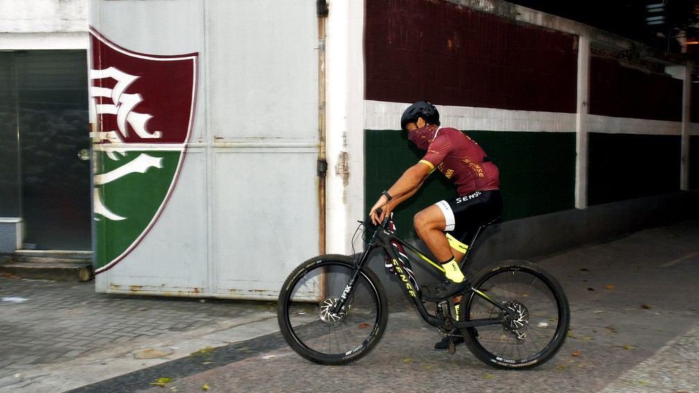 Momento em que Fred chega às Laranjeiras de bicicleta — Foto: Mailson Santana / FFC