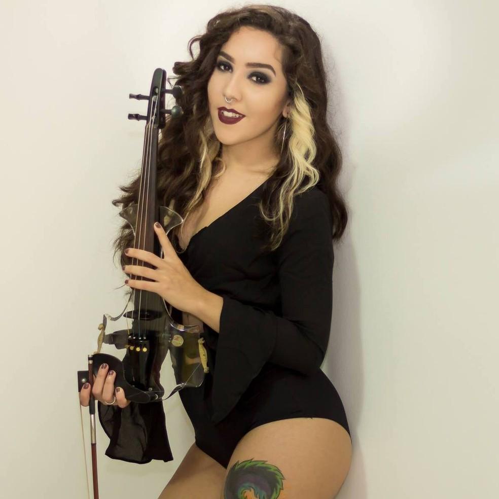Lyarah faz sucesso tocando no violino músicas populares em Santos, SP. (Foto: Divulgação)