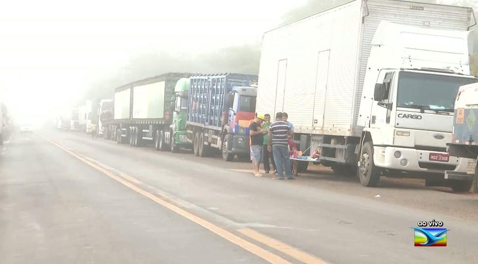 Caminhoneiros realizam protesto na BR-316 em Caxias (Foto: Reprodução/TV Mirante)