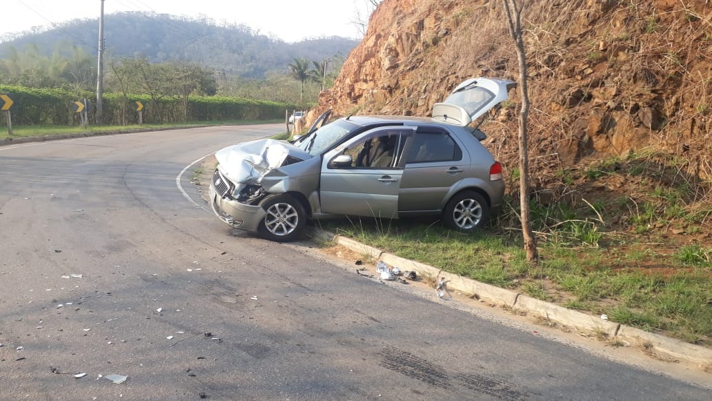 Batida entre caminhão e carro deixa dois feridos em Paraíba do Sul - Notícias - Plantão Diário