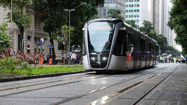 Entre os principais projetos de mobilidade no Rio de Janeiro está o Veículo Leve sobre Trilhos (VLT) (Foto: FERNANDO FRAZÃO/AGÊNCIA BRASIL via BBC News Brasil)