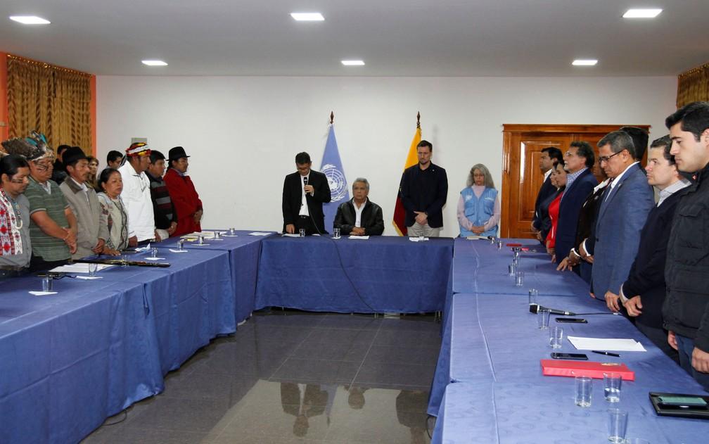 O presidente do Equador, Lenin Moreno; o bispo católico Luis Cabrera e Arnaud Peral, representante das Nações Unidas no Equador, se encontram com os líderes das comunidades indígenas, nos arredores de Quito, no Equador — Foto: Cortesia / Presidência do Equador / via Reuters