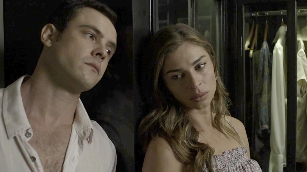 Lívia tem certeza que Mariano não fugiria sem ela e pede ajuda de Gael (Foto: TV Globo)
