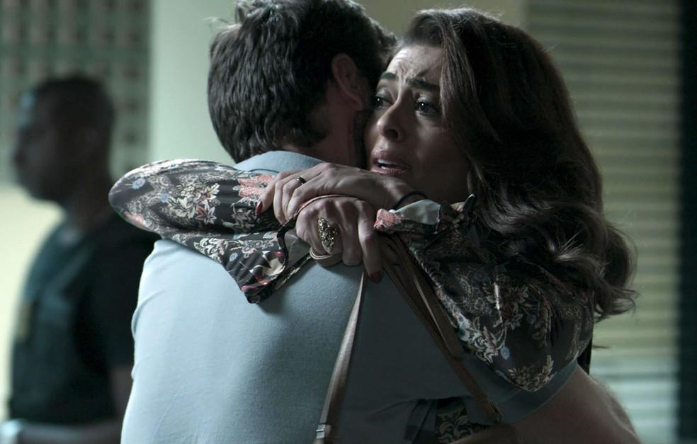 Em 'A Força do Querer', Bibi (Juliana Paes) corre para socorrer Rubinho (Emilio Dantas), que foi preso — Foto: TV Globo