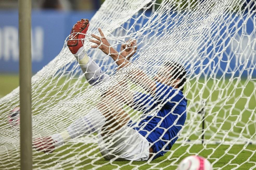 Em uma das chances que teve, Fred foi parar na rede, mas a bola ficou fora dela (Foto: Agência i7)