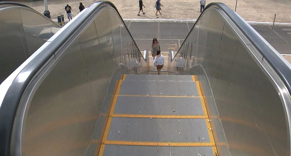 Lei determina que placas sejam instaladas ao lado de escadas rolantes de estabelecimentos comerciais no Recife — Foto: Reprodução/TV Globo