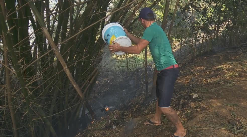 Moradores ajudaram no controle do fogo — Foto: Reprodução/ Rede Amazônica