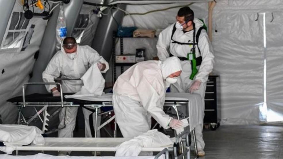 Na Itália, autoridades tiveram que montar tendas fora dos hospitais devido ao colapso do sistema de saúde  — Foto: Getty Images/BBC