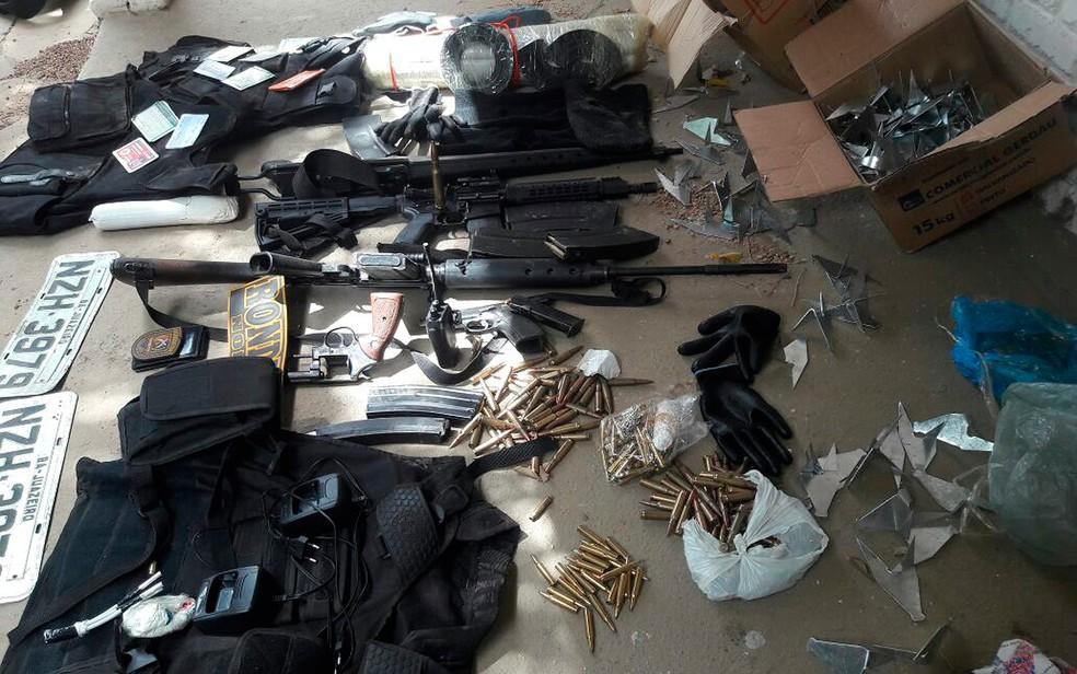 Segundo a polícia, armas, munições, dentre outros objetos, foram apreendidos com os suspeitos (Foto: SSP/ Divulgação)