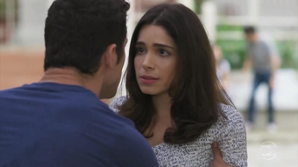 Shirlei (Sabrina Petraglia) fica arrasada com as ofensas de Adônis (José Loreto) - 'Haja Coração' — Foto: Globo