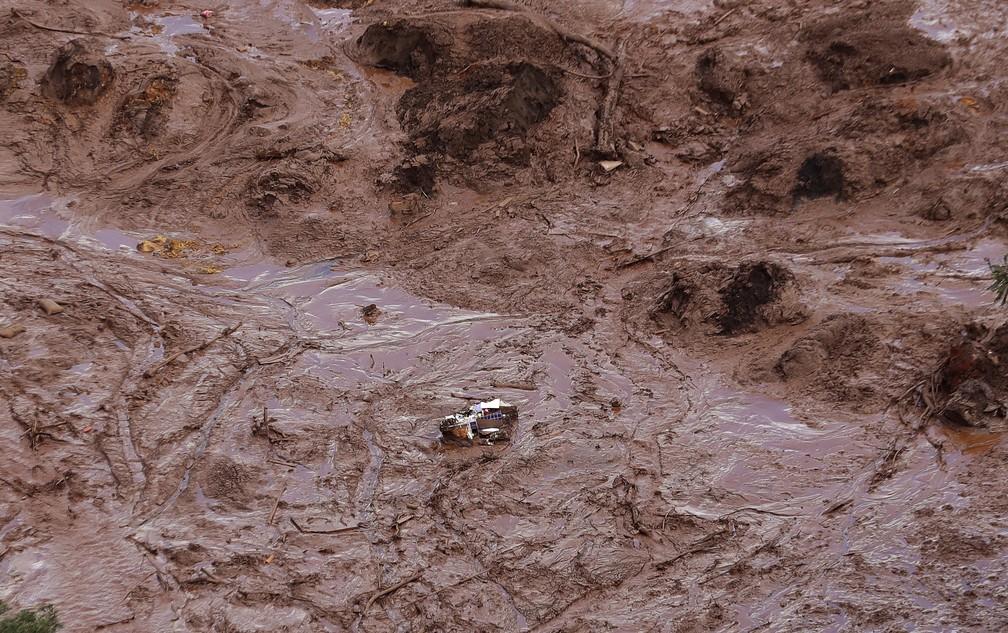 Vista aérea mostra uma casa destruída depois do rompimento da barragem da Vale em Brumadinho. — Foto: André Penner/AP