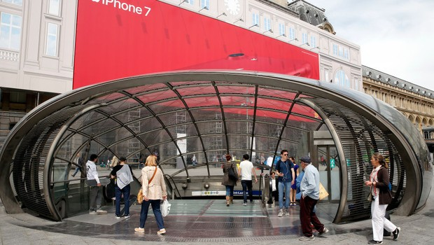 PARIS, FRANCE - MAY 22: The entrance to the metro station 'Saint Lazare' is seen on May 22, 2017 in Paris, France. The entrance to this subway station was built by French architect Jean-Marie Carpentier in 2003. The first metro line was inaugurated on Jul (Foto: Thierry Chesnot/Getty Images)