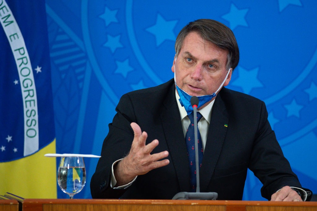 BRASILIA, BRAZIL - MARCH 20: Jair Bolsonaro President of Brazil takes off his protective mask to speak to journalists during a press conference about outbreak of the coronavirus (COVID - 19) at the Planalto Palace on March 20, 2020 in Brasilia, Brazil. (P (Foto: Getty Images)