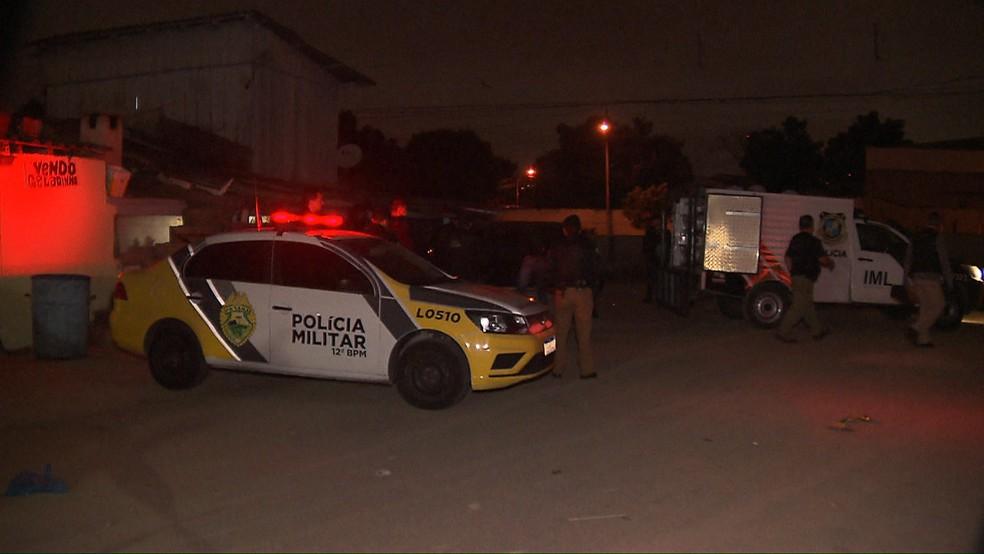 Segundo a polícia, a vítima estava trabalhando quando foi baleada, em Curitiba — Foto: Tony Mattoso/RPC
