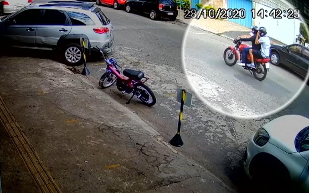 Imagem mostra quando Pedro Henrique e Jaberson deixam o escritório de advocacia em Goiânia — Foto: Reprodução/TV Anhanguera