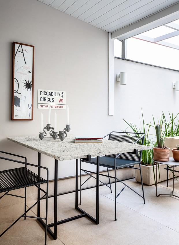 A mesa desenhada pelo arquiteto tem a companhia das cadeiras espaguete da LZ Studio  (Foto: Dhani Borges)