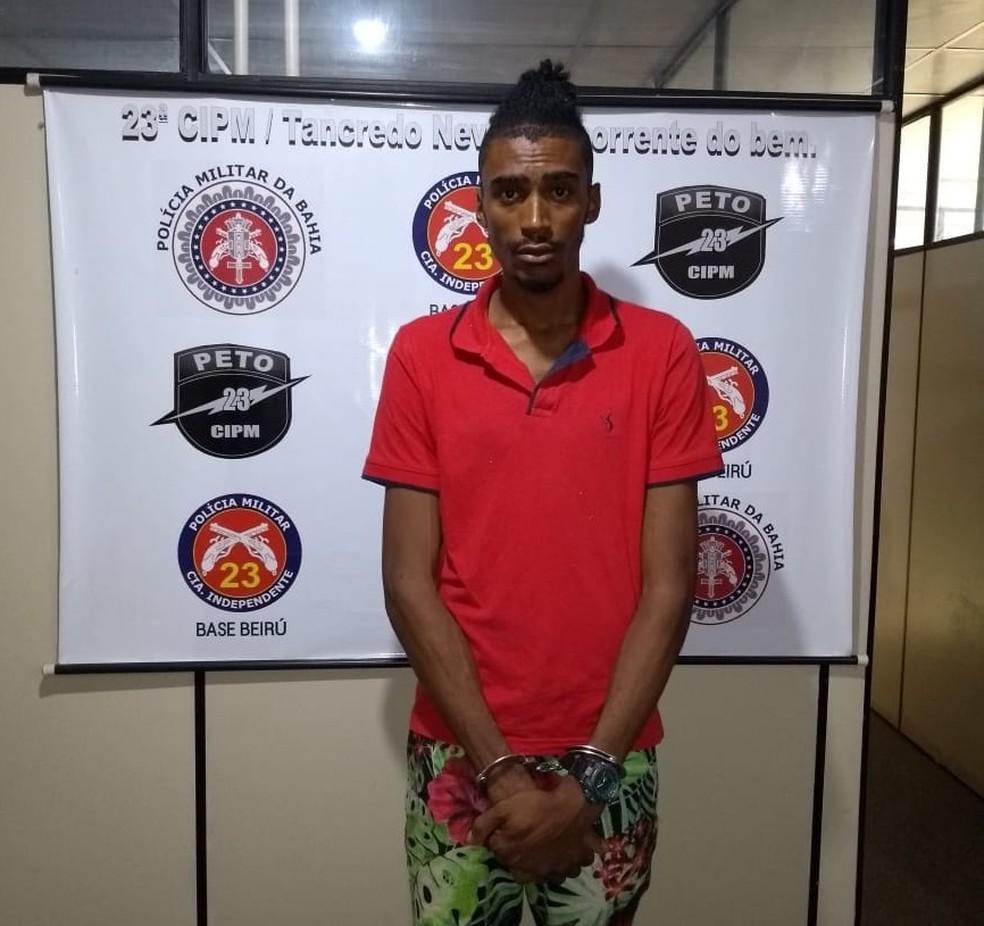 Suspeito de tráfico é preso na BA com espada usada para 'amedrontar' usuários de drogas devedores e matar rivais (Foto: Divulgação/SSP-BA)