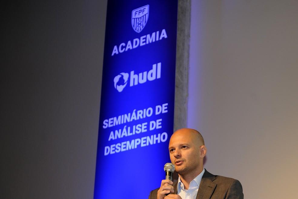 William Thomas, coordenador de análise de desempenho do Santos, em seminário de análise de desempenho promovido pela Federação Paulista — Foto: Rodrigo Corsi/FPF