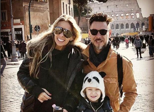 Adriane Galisteu e Alexandre Iódice com o filho, Vittorio, no Coliseu, em Roma (Foto: Reprodução/Instagram)