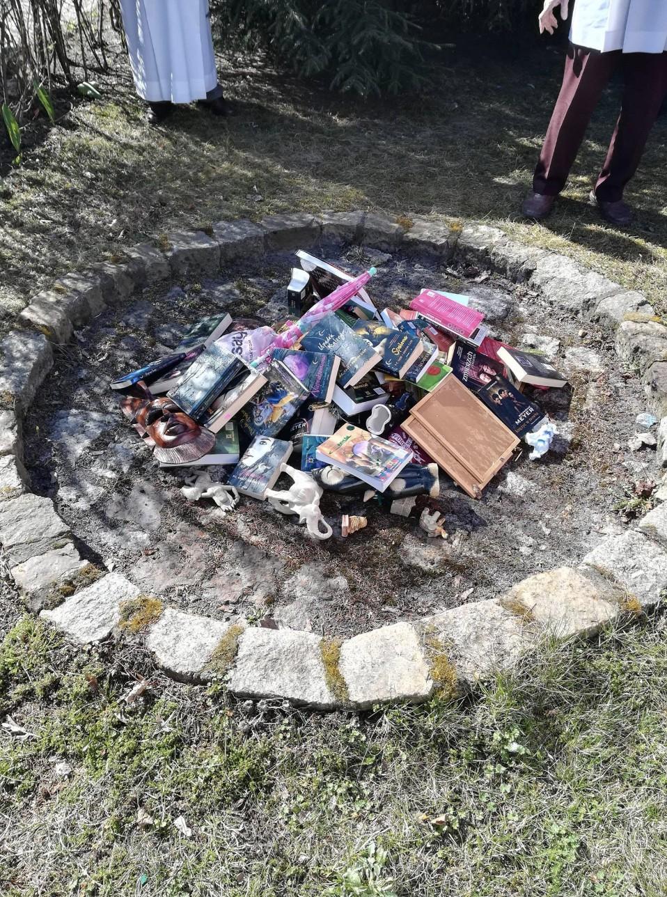 Queima de livros aconteceu na Polônia (Foto: Facebook Fundacja SMS Z NIEBA)