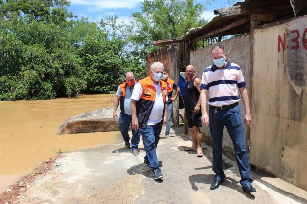 Equipes da Defesa Civil de Itaperuna, RJ, visitaram diversos pontos da cidade que foram afetados por alagamentos — Foto: Divulgação/Prefeitura de Itaperuna